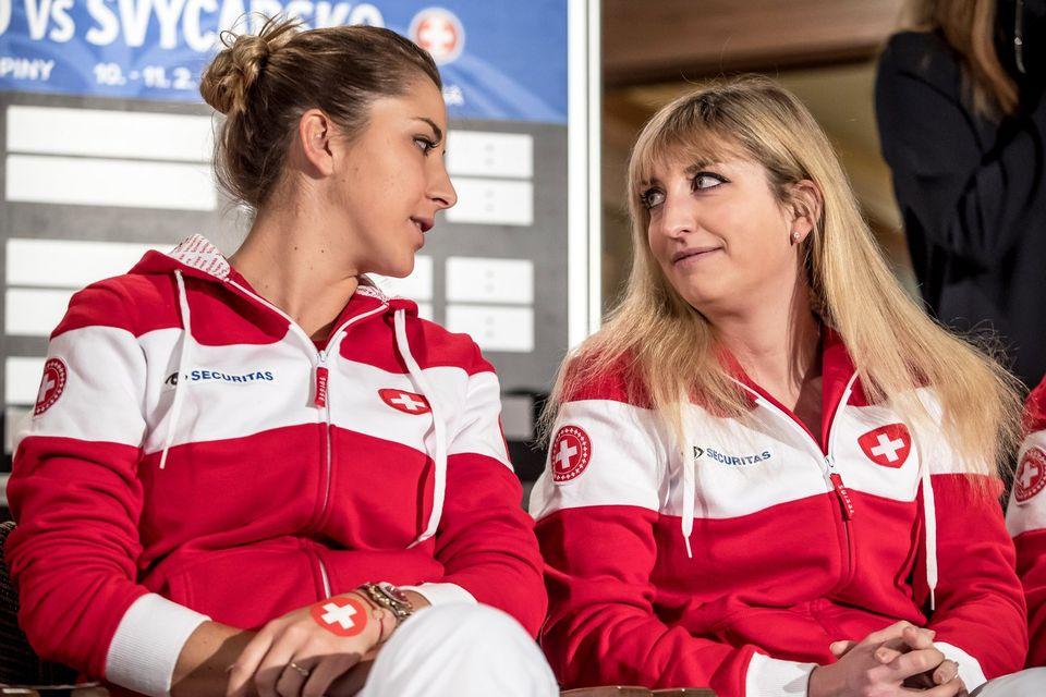 Belinda Bencic (à gauche) et Timea Bacsinszky lors du tirage au sort de la Fed Cup le 09 février 2018. [Martin Divisek - EPA/Keystone]