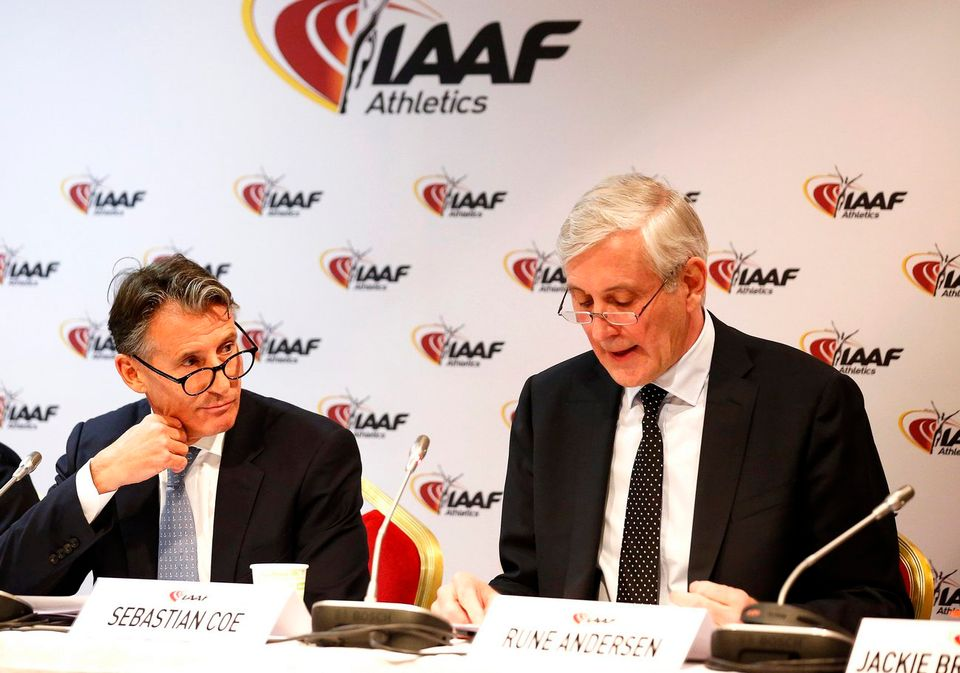Le président de l'IAAF Sebastian Coe (à gauche) et l'expert médical Rune Andersen, le 6 février 2017. [Keystone]