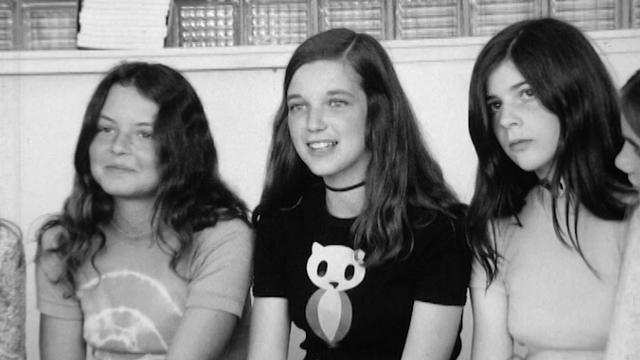 Etre une fille en 1972. Des collégiennes témoignent (au centre, la future journaliste Manuelle Pernoud). [RTS]