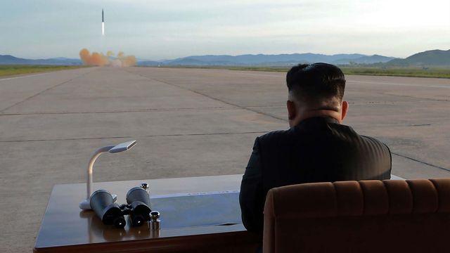 Le président nord-coréen Kim Jong-Un, lors du lancement d'un missile balistique (photographie non-datée). [KCNA via KNS - AFP]