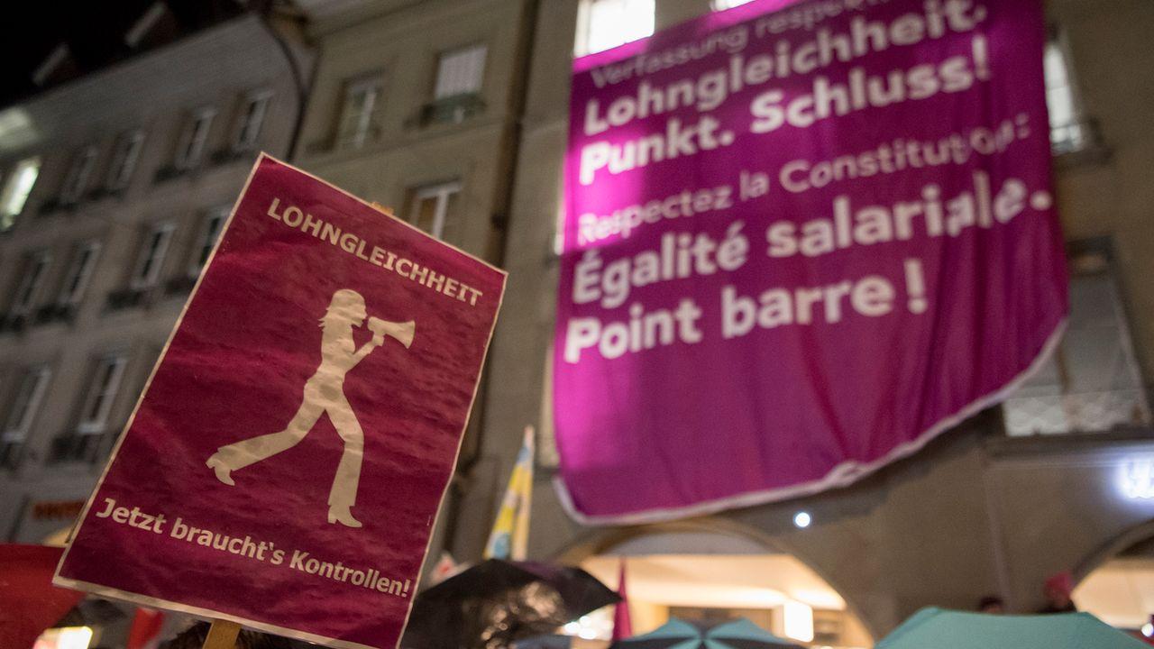Des affiches en ville de Berne demandant l'égalité salariale entre hommes et femmes. [Anthony Anex - Keystone]
