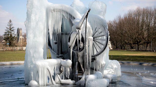 La fontaine Jo Siffert de Jean Tinguely s'est cassée sous le poids de la glace. [Peter Schneider - Keystone]