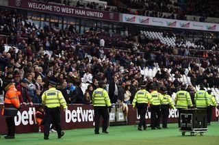 La police a dû intervenir samedi lorsque des supporters de Lille et de West Ham ont envahi la pelouse. [Daniel Hambury - PA via AP - Keystone]