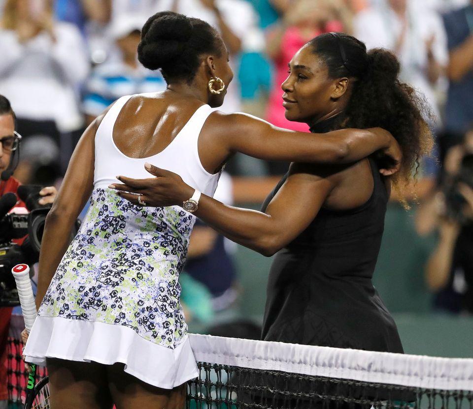 L'accolade entre les deux soeurs après la victoire de l'aînée. [John G. Mabanglo - Keystone]