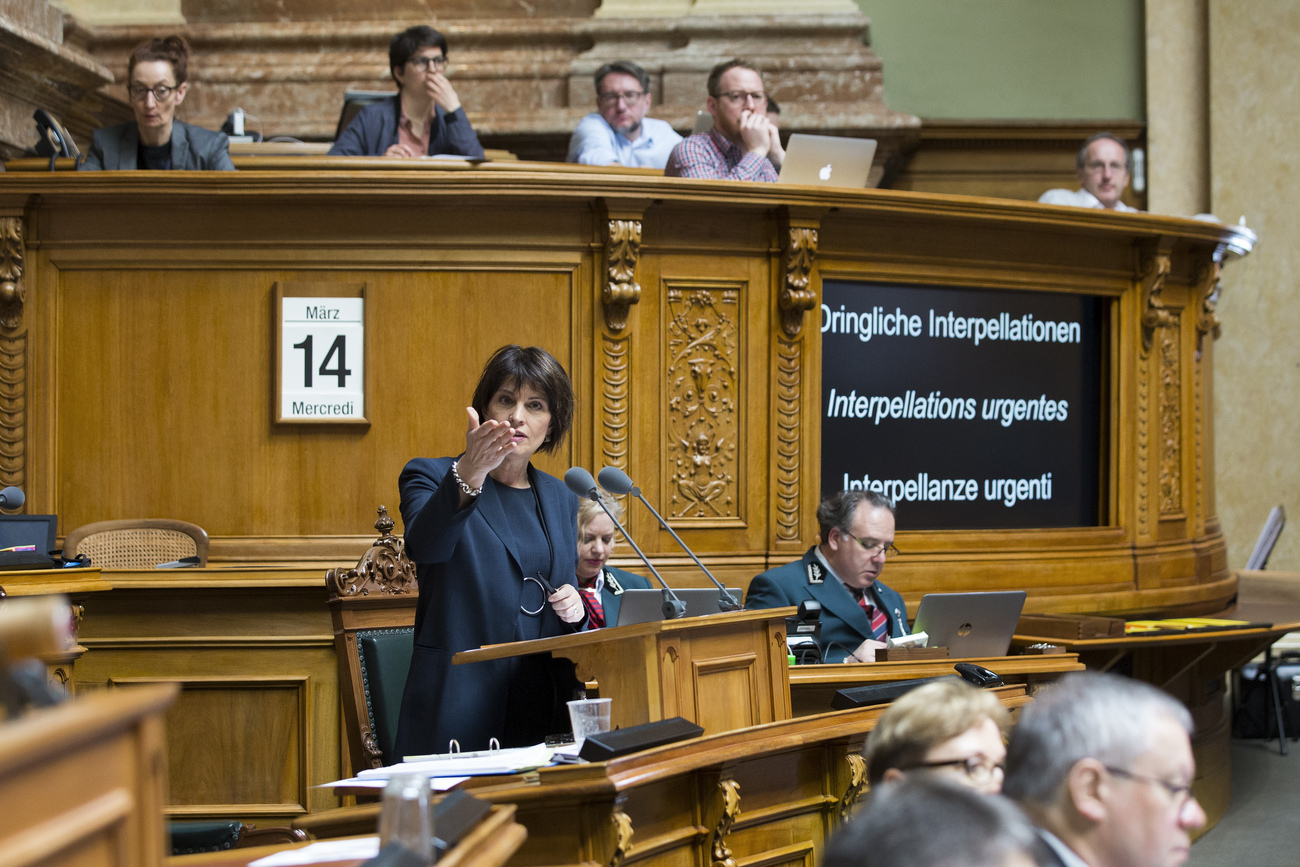 Doris Leuthard lors des questions sur CarPostal mercredi au National.