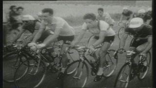 Louison Bobet porte le maillot jaune lors du Tour de France 1953. [RTS]