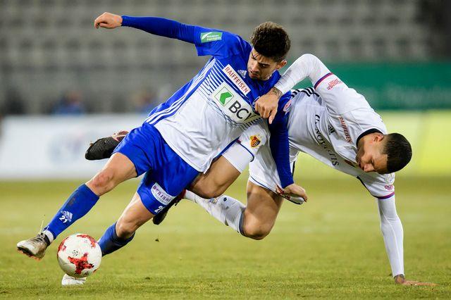 Match fermé entre Bâle et Lausanne à l'image de ce duel entre Enzo Zidane et Léo Lacroix. [Jean-Christophe Bott - Keystone]