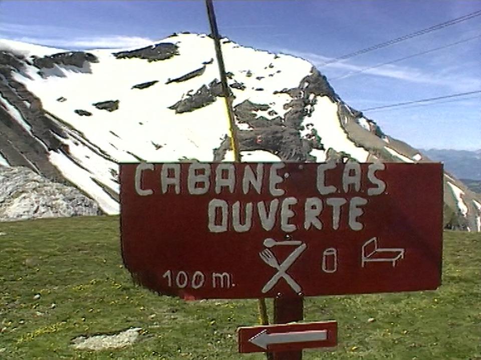Les cabanes du CAS attirent les touristes, voire même un tourisme de masse. [RTS]
