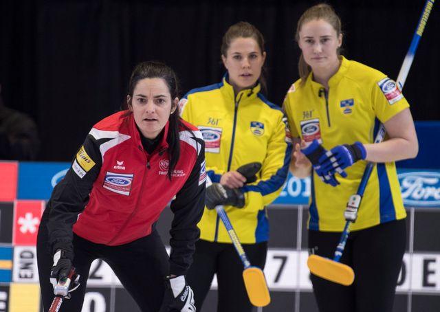 Binia Feltscher, sous le regard des Suédoises, n'est pas passé loin de la victoire. [Paul Chiasson - Keystone]