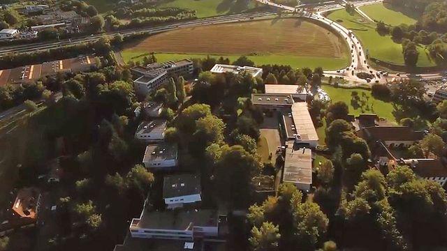 Vue aérienne de la Cité du Genévrier à Saint-Légier (VD). [Fondation Eben-Hézer - YouTube]