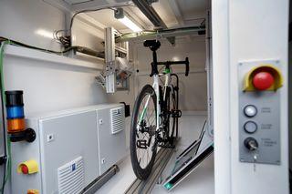 Un vélo passe aux rayons X afin de détecter une possible fraude technologique. [Salvatore Di Nolfi - Keystone]
