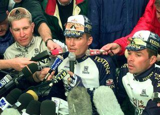 Brochard, Virenque, Dufaux et le reste de l'équipe Festina sont exclus du Tour de France le 17 juillet 1998. [Laurent Rebours - Keystone]