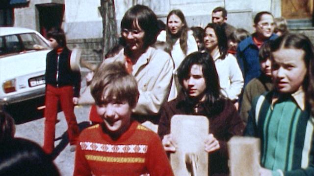 Les enfants de Faido au Tessin défilent au son des tapolets en 1980. [RTS]