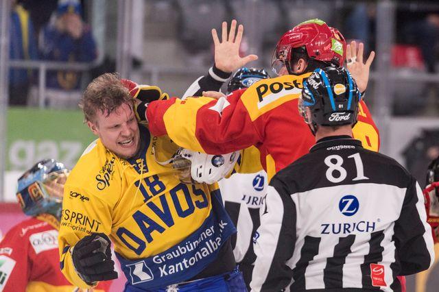 Sciaroni à gauche aux prises avec Wetzel, sous les yeux de l'arbitre, mardi soir. [Alessandro della Valle - Keystone]