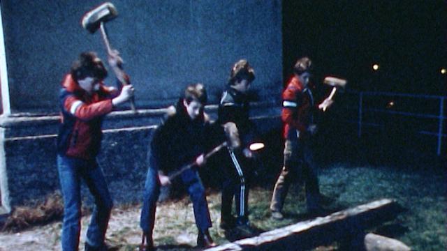 La tradition du marteau de bois comme instrument de Carême à Ludiano au Tessin en 1980. [RTS]