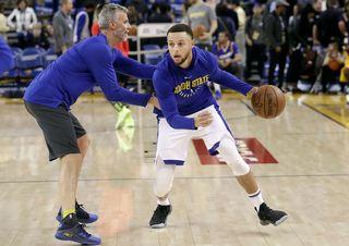 Stephen Curry à l'échauffement avant le match face à Atlanta, le 23 mars. [Jeff Chiu - AP Photo/Keystone]