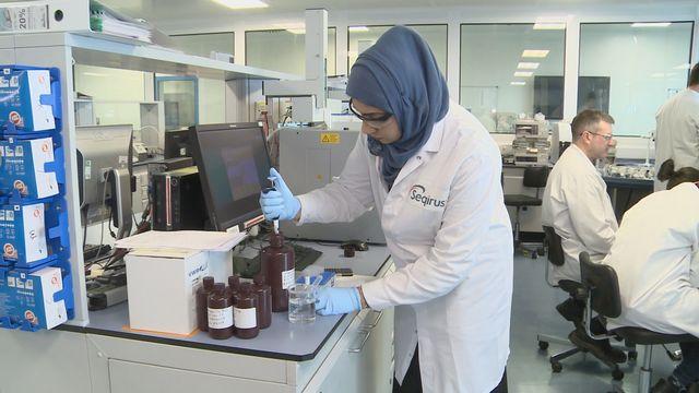 Le laboratoire Seqirus produit plus de 150 millions de doses par an de vaccin contre la grippe. [Cécile Tran-Tien - RTS]