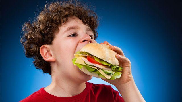 Le rapport à la nourriture conditionne l'alimentation des jeunes.  Jacek Chabraszewski Fotolia [Jacek Chabraszewski - Fotolia]