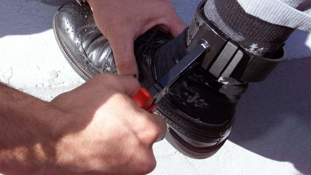 Les nouvelles mesures préventives prévoient notamment l'obligation du bracelet électronique. [Keystone]