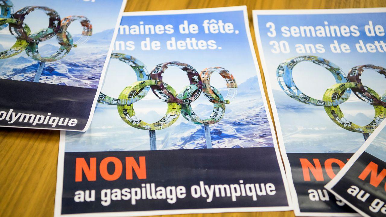 Les affiches des opposants au projet de candidature aux JO d'hiver Sion 2026. [Jean-Christophe Bott - Keystone]