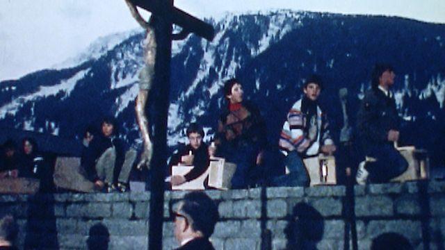 Enfants jouant des crécelles à Disentis dans les Grisons en 1980. [RTS]