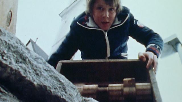 Enfant jouant de la crécelle à Disentis en 1980. [RTS]