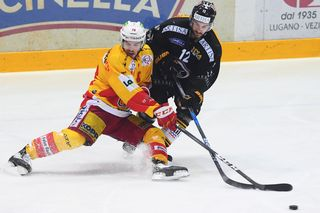 L'attaquant biennois Marc-Antoine Pouliot (à gauche) aux prises avec Luca Cunti du HC Lugano, ce jeudi 29 mars. [Alessandro Crinari - Ti-Press - Keystone]