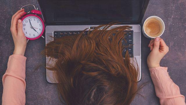Une personne au bord de l'épuisement au travail. [detailblick-foto - Fotolia]