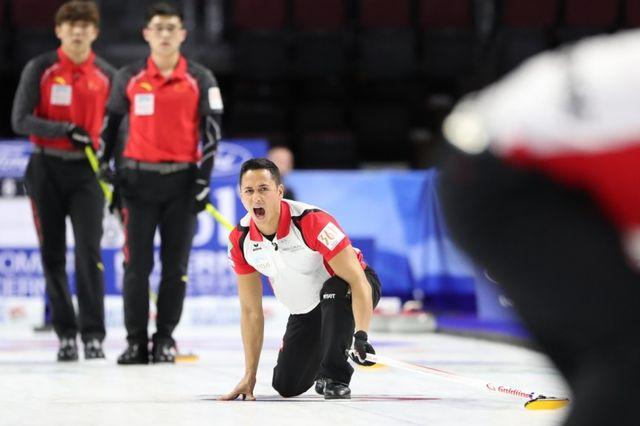 Enrico Pfister lors de la rencontre face à la Chine. [Richard Gray - WCF - https://www.worldcurling.org]