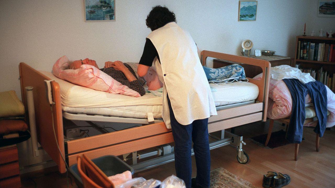 De plus en plus de personnes issues de la migration travaillent dans les soins à domicile. [Gaëtan Bally - Keystone]
