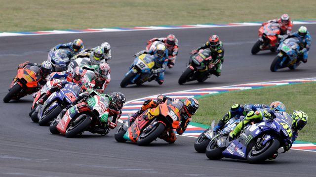 La course des MotoGP avec Thomas Lüthi en second plan (moto bleue, numéro 12). [Natacha Pisarenko - AP/Keystone]