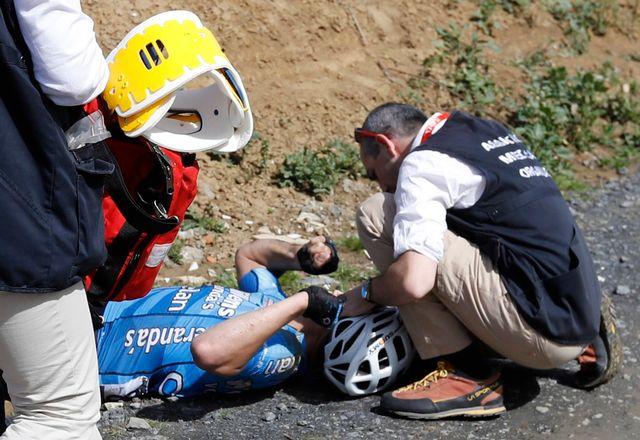 Le jeune Belge Michael Goolaerts soigné par les secours lors de Paris Roubaix. [Etienne Laurent - Keystone]