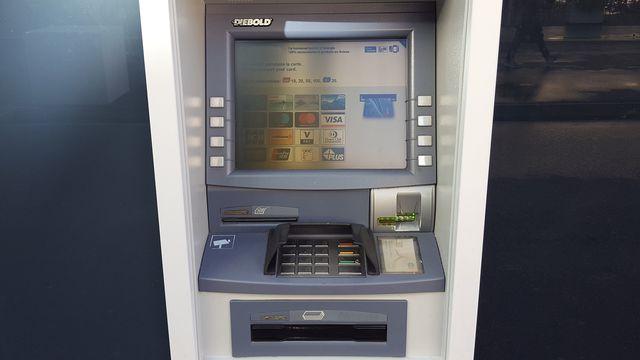 Un compte courant deviendrait plus cher su l'initiative passe, estime la FRC. [Xavier Bloch - RTS]