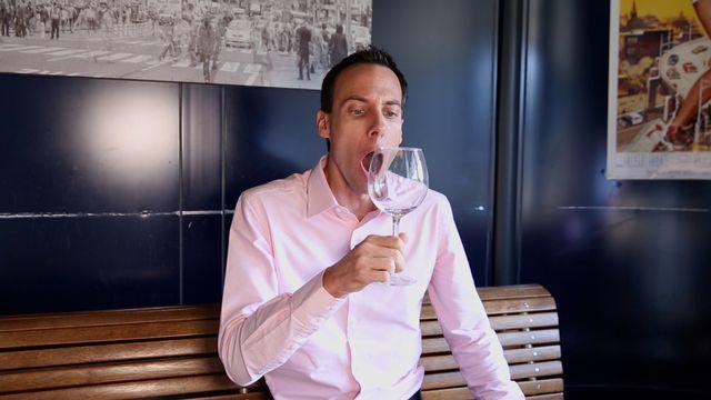 Stéphane Gabioud tente de briser un verre avec sa voix. Capture d'écran RTS [RTS]