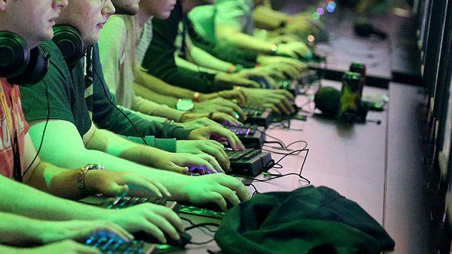 Des jeunes jouant à des jeux vidéos. [Oliver Berg - Keystone/DPA]
