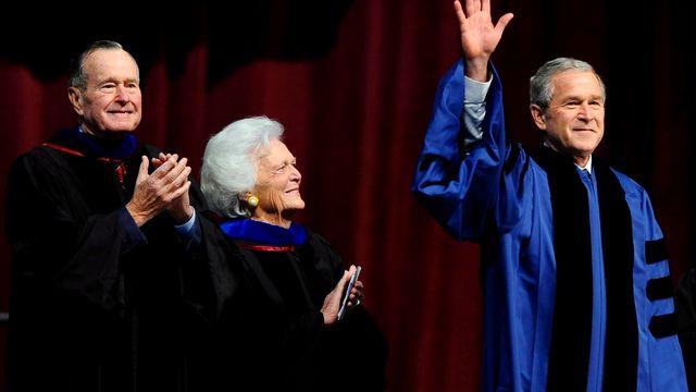 George H. W. Bush, Barbara Bush et George W. Bush, ici photographiés le 12 décembre 2008. [Larry W. Smith - EPA/Keystone]