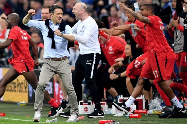 Les joueurs de Francfort jubilent, ainsi que leur entraineur Kovac, futur entraineur du Bayern. [Sascha Steinbach - Keystone]