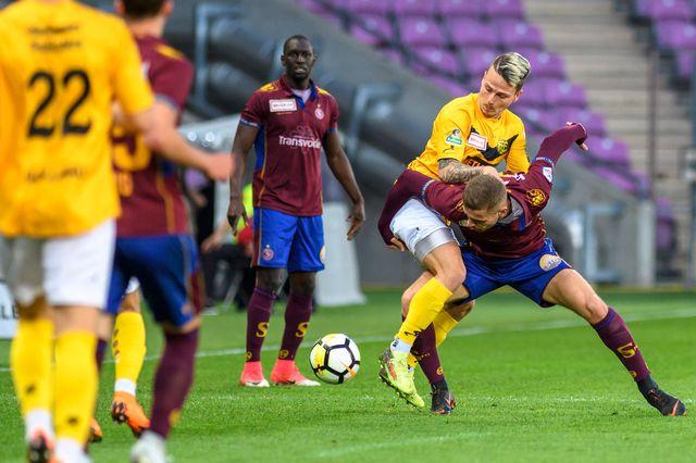 Le joueur schaffhousois Helios Sessolo (en jaune) lutte pour le ballon contre Mirsad Hasanovic. [Martial Trezzini - Keystone]