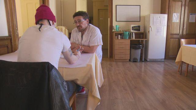 Pairs praticiens : des ex-patients deviennent soignants [RTS]
