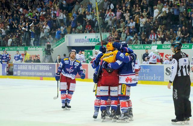 Les joueurs de Kloten fêtent le but égalisateur du 3-3 face à Rapperswil. [Petra Orosz - Keystone]