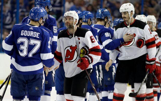 Les New Jersey Devils (en blanc) quittent déjà les playoffs. [Keystone]