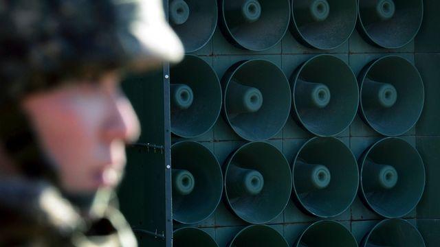 Un soldat sud-coréen devant un mur de haut-parleurs utilisés pour la diffusion de propagande anti-Pyongyang près de la frontière. [Lim Tae-hoon - Keystone]
