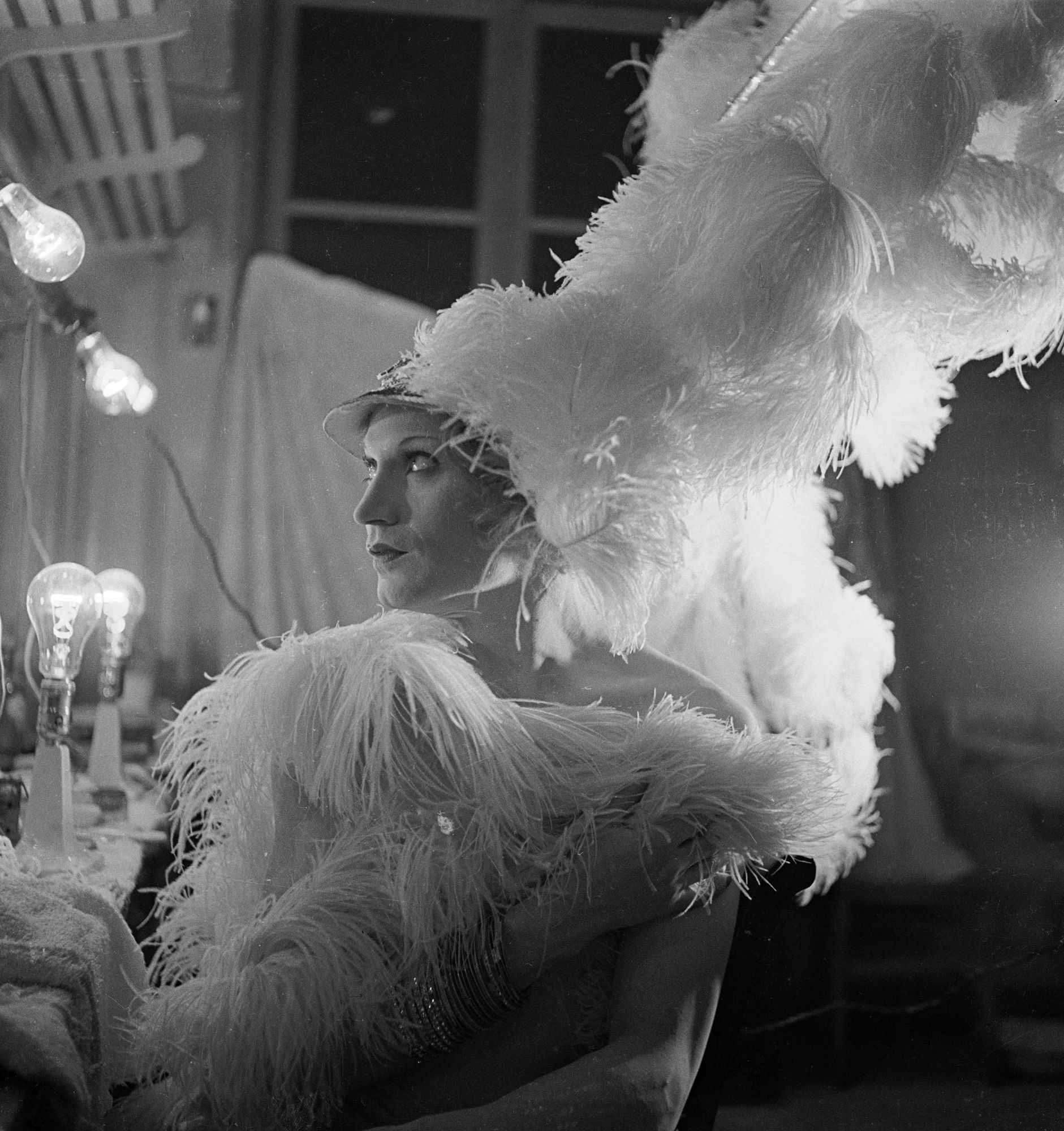 Barbette, artiste de music-hall travesti, au théâtre de l'Empire, à Paris, en 1937.