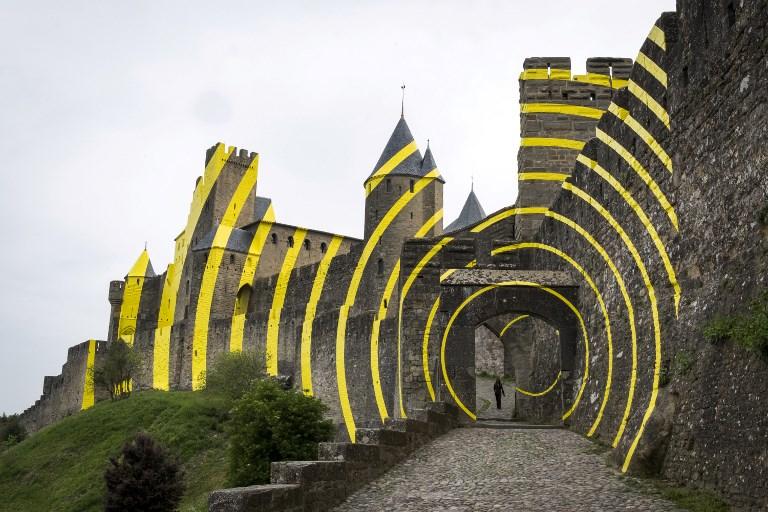 un artiste suisse pare les remparts de carcassonne d 39 tranges cercles jaunes arts visuels. Black Bedroom Furniture Sets. Home Design Ideas