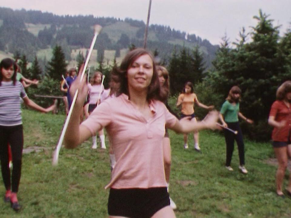 Groupe de majorettes fribourgeoises à l'entraînement, 1973. [RTS]