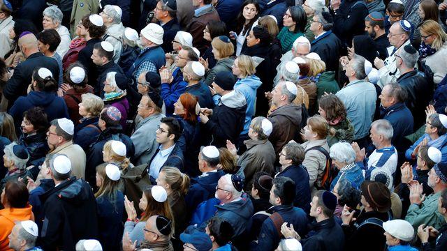 Des manifestants kippa sur la tête devant une synagogue berlinoise. [Fabrizio Bensch - Reuters]