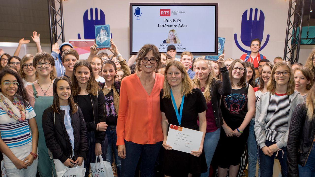 Prix RTS Littérature ados remis à Camille Brissot par Tania Chytil [Philippe Christin - RTS]