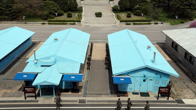Soldats Sud-Coréens et Nord-Coréens à la veille du sommet entre les deux pays. [EPA - Korea Summit Press / Pool]