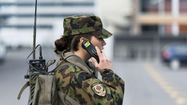 Une femme engagée dans l'armée suisse suit une formation pour les soldats de la Swisscoy à Stans (NW) en 2014 (image d'illustration). [Christian Beutler - Keystone]