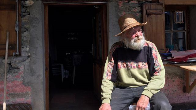 Bruno Lucas, hippie, petit paysan de montagne dans le val Onsernone, à Spruga, au Tessin. [Nicole della Pietra - RTS]